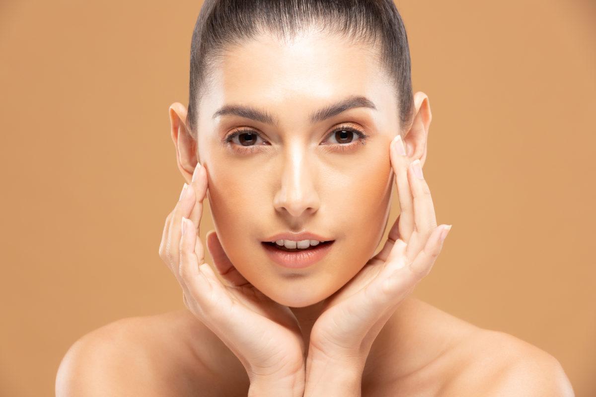 Astuces pour illuminer votre regard fatigué: Du soin au maquillage